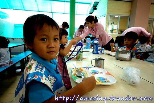 น้องเปรม กับการรับประทานอาหารแสนอร่อย ที่ โรงเรียน อนุบาลบ้านวังทอง